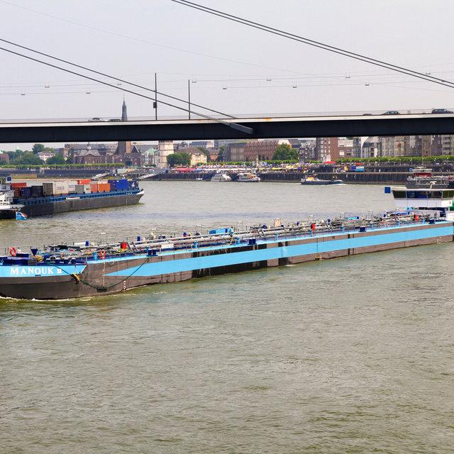 Ships passing under the Rheinkniebrücke.