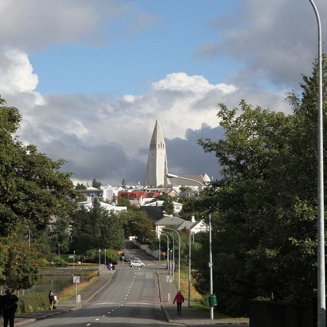 Hallgrímskirkja as seen from Tjörnin.