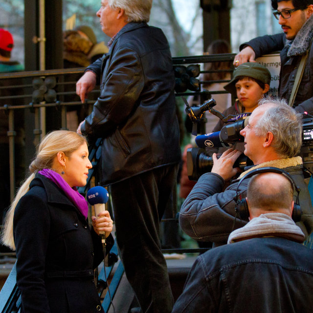 Newsperson of the WDR reporting on the protests.