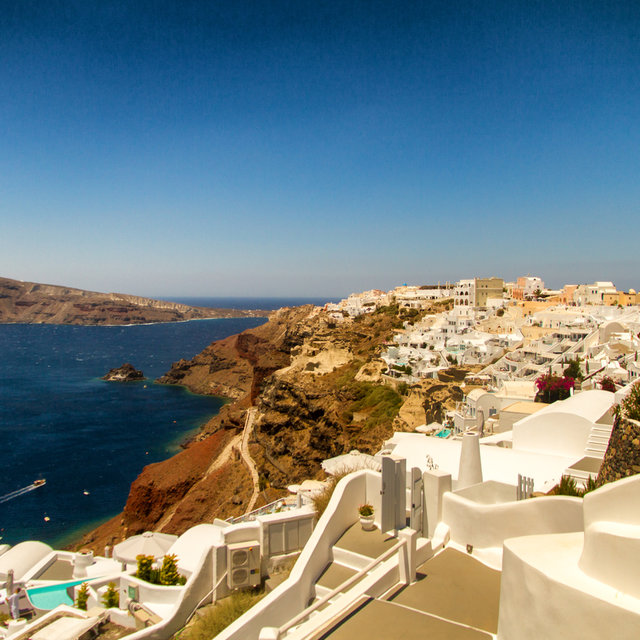 View along the southern coastline of Oia.