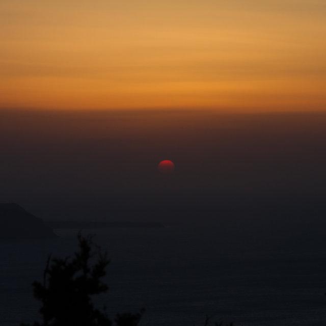 Seeting sun on Santorini.