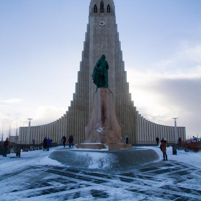 Statue of Leif Erikson in front of Hallgrímskirkja.