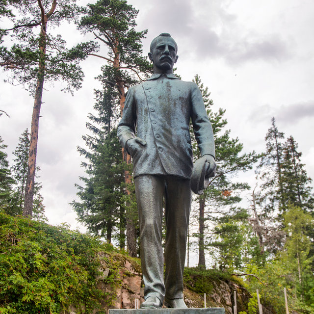 A statue of Fridtjof Nansen at Holmenkollbakken.