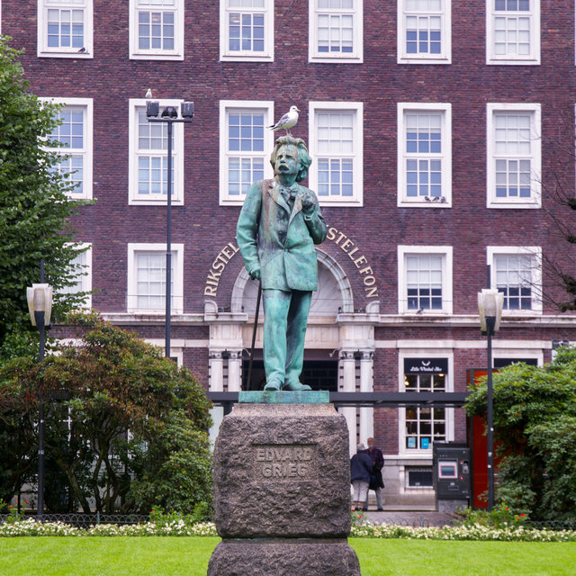 A statue of Edvard Grieg in Byparken in Bergen.