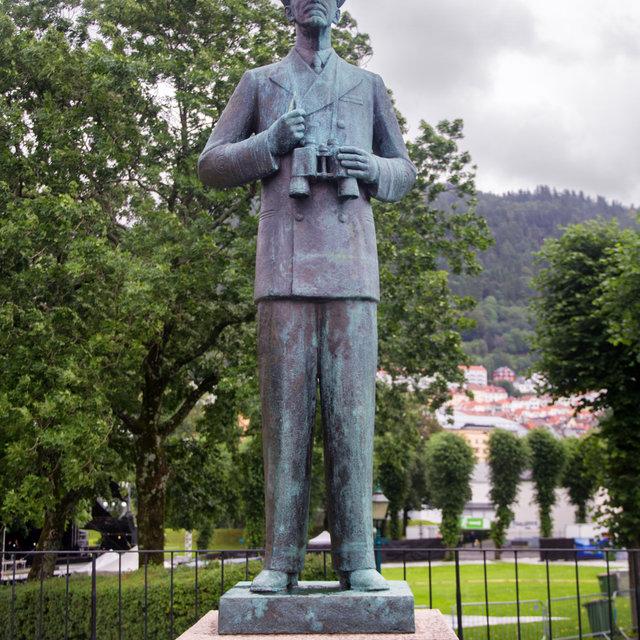 A statue of king Haakon VII in Bergen.